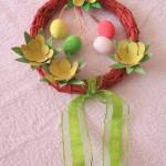 Ekologický velikonoční věnec na dveře - je vyroben z novinového papíru a papírových zásobníků na vajíčka. Popis na jeho výrobu zde uveřejním na Zelený čtvrtek.